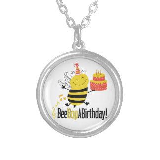La abeja Bop un cumpleaños Collar Plateado