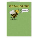 La abeja divertida del amor y del romance apenas tarjeta de felicitación