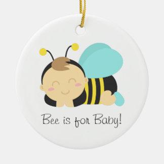 La abeja está para el bebé, lindo manosea al adorno navideño redondo de cerámica