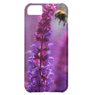 ¡La abeja está volando en una flor púrpura