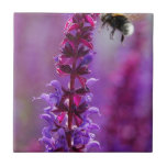 ¡La abeja está volando en una flor púrpura! Teja Cerámica