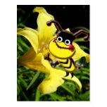La abeja grande tiene gusto de la postal del polen