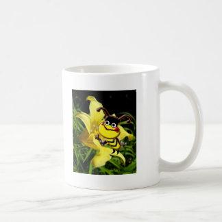 La abeja grande tiene gusto de la taza del polen