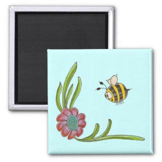 La abeja resuelve el imán de la flor