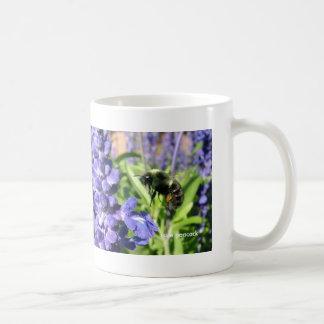 La abeja Salvia azul 021, demanda el pavo real Taza Clásica