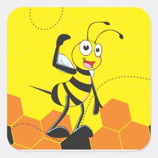 La abeja sonriente feliz amarilla linda viene pegatina cuadrada