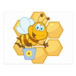 La abeja sonriente sostiene un cubo postales