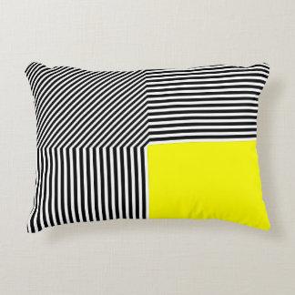 La abstracción geométrica, B/W raya amarillo Cojín Decorativo