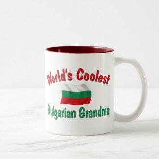 La abuela búlgara más fresca taza de café de dos colores