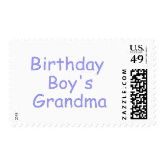 La abuela del muchacho del cumpleaños sellos