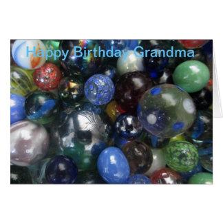 La abuela divertida del feliz cumpleaños vetea la tarjeta de felicitación