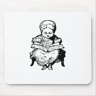 La abuela le leyó un diseño del dibujo animado de alfombrilla de ratones