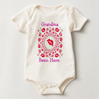 La abuelita besa la camisa