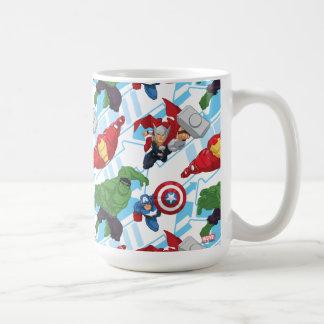 La acción del carácter de vengadores embroma el taza de café