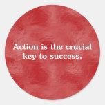 La acción es la llave al éxito 2 pegatinas redondas