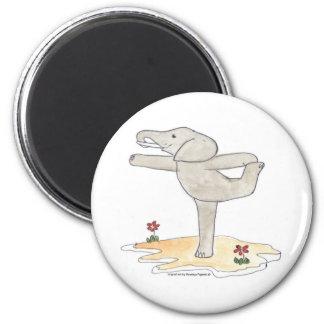 La actitud del bailarín practicante de la yoga del imán redondo 5 cm