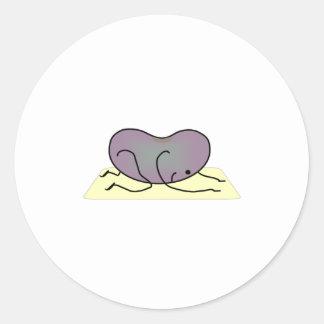 La actitud del niño - la haba de la yoga pegatina redonda