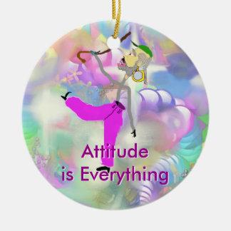 La actitud es baile del Todo-Caballero con el Adorno Navideño Redondo De Cerámica