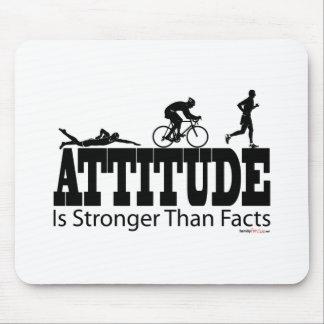 La actitud es más fuerte que hechos mouse pad