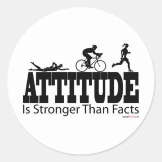 La actitud es más fuerte que hechos etiquetas redondas