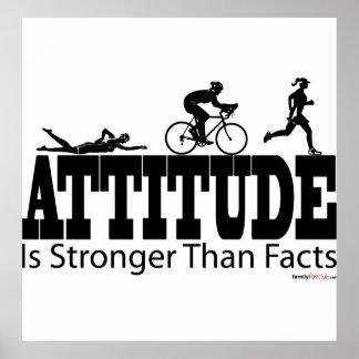 La actitud es más fuerte que hechos póster
