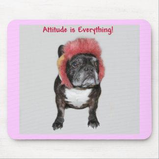 la actitud es todo dogo divertido con el gorra alfombrillas de raton