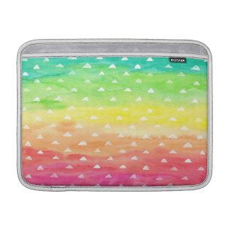 La acuarela colorida raya los triángulos blancos funda  MacBook