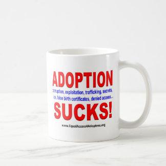 ¡La adopción chupa! Taza Básica Blanca