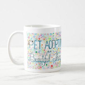 La adopción del mascota es una taza hermosa de la