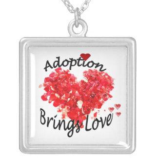 La adopción trae el collar del amor