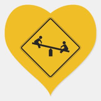 La advertencia del patio, trafica la señal de pegatina en forma de corazón