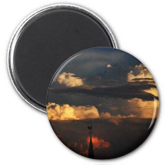 La aguja de la iglesia en la puesta del sol iman