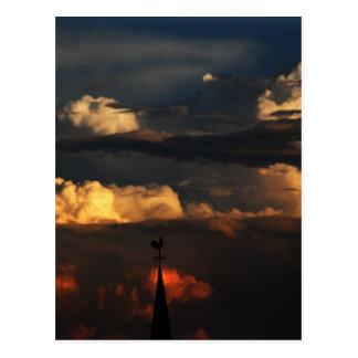 La aguja de la iglesia en la puesta del sol tarjeta postal