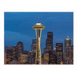La aguja del espacio y la Seattle céntrica Tarjeta Postal