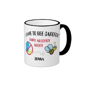 La alarma de la alergia de la lechería manosea la taza de dos colores