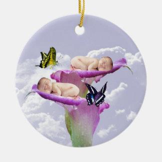La alegría con los gemelos del bebé riega dos adorno navideño redondo de cerámica