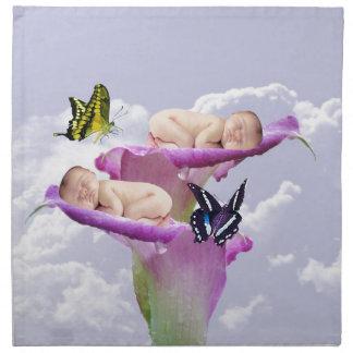 La alegría con los gemelos del bebé riega dos servilleta imprimida