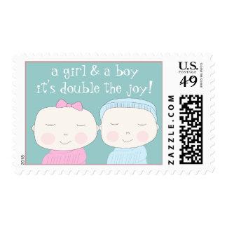 ¡La alegría doble!  Chica y muchacho gemelos Estampilla