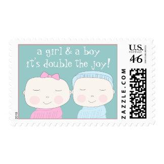 ¡La alegría doble Chica y muchacho gemelos