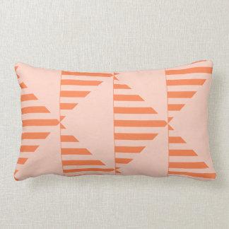 La almohada de tiro lumbar, coral coloreó