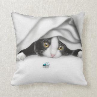 La almohada del gatito del cazador del insecto
