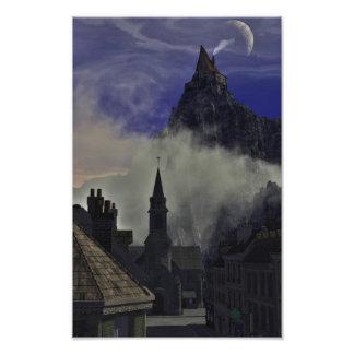 La alta casa extraña en la niebla fotografias