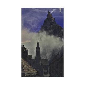 La alta casa extraña en la niebla impresion en lona