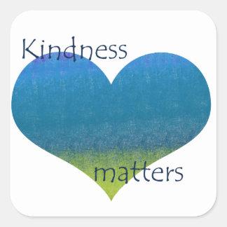 La amabilidad importa corazón pegatina cuadrada