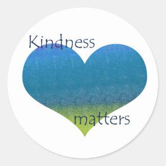 La amabilidad importa corazón pegatina redonda