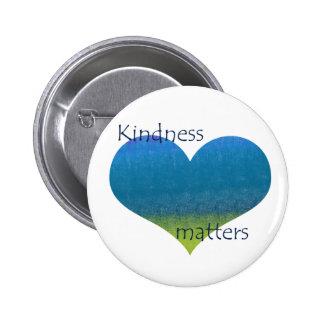 La amabilidad importa corazón pin redondo de 2 pulgadas