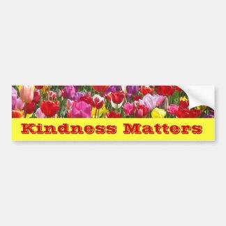 La amabilidad importa las flores del tulipán de la etiqueta de parachoque