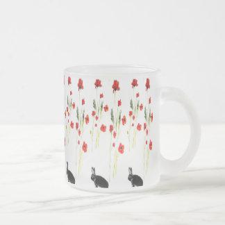La amapola florece el conejo de conejito taza de cristal