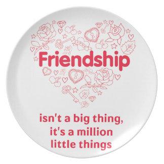 La amistad es cita linda de millón de cosas plato de comida