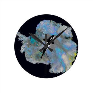 La Antártida y Orca. coloridos Reloj Redondo Mediano